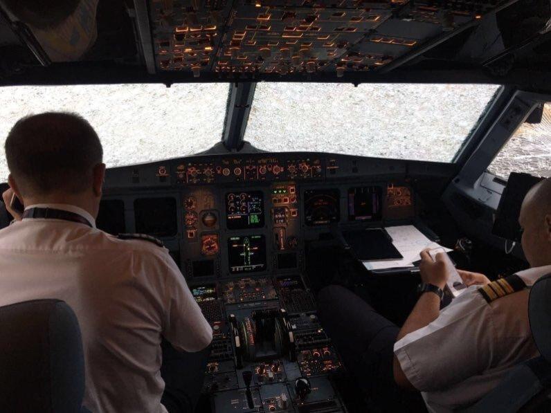 Порошенко наградил пилота Акопова, посадившего поврежденный самолет ваэропорту Стамбула