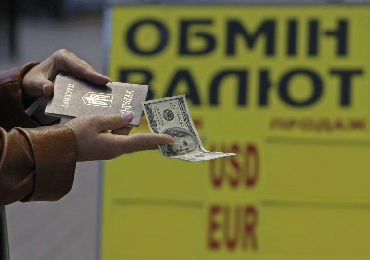 Почему украинцы купили валюты больше, чем продали