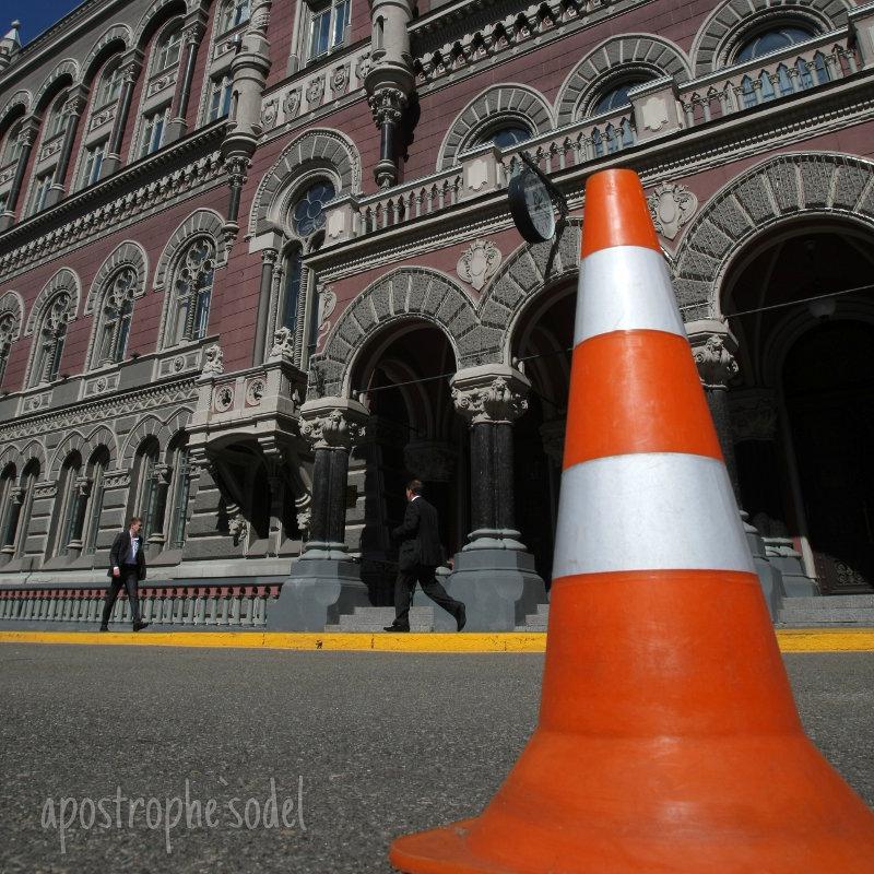 Часть административных ограничений на валютном рынке могут снять уже летом - после решения МВФ о продолжении кредитования Украины