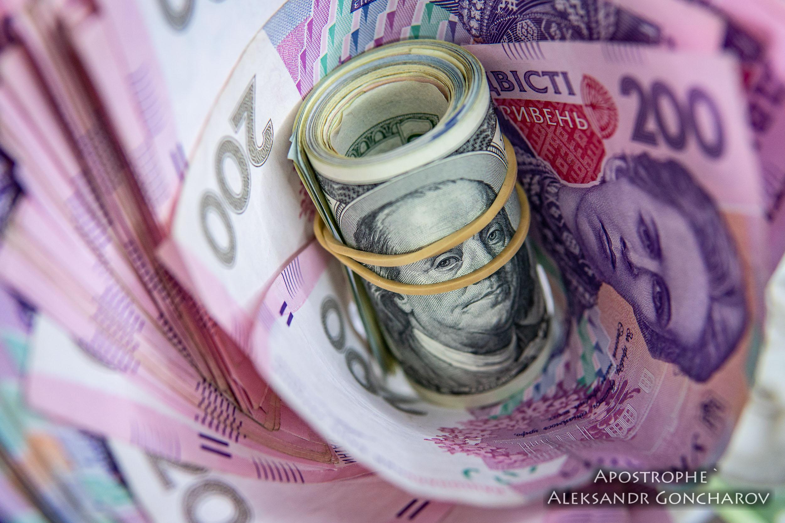 Гривна падает: что будет с курсом доллара до конца года